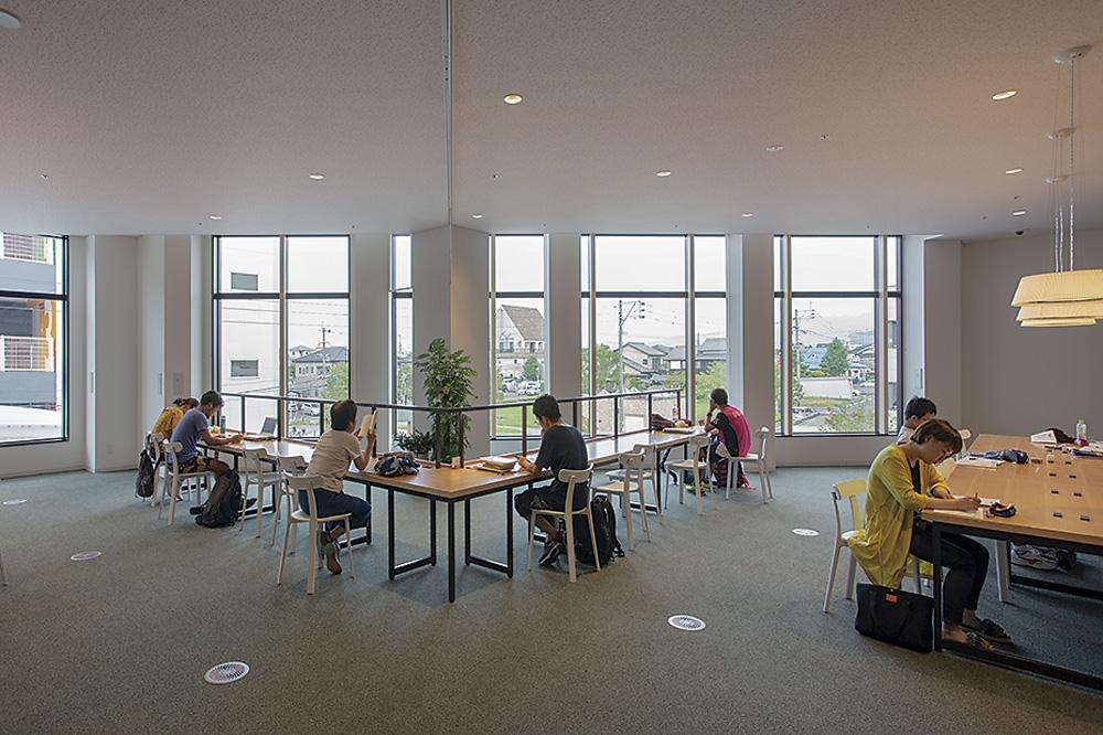 2階北東に新しく開けた窓と、自習スペース。館内では、窓や壁に向かって数多くの自習スペースを用意した(写真:イクマ サトシ)
