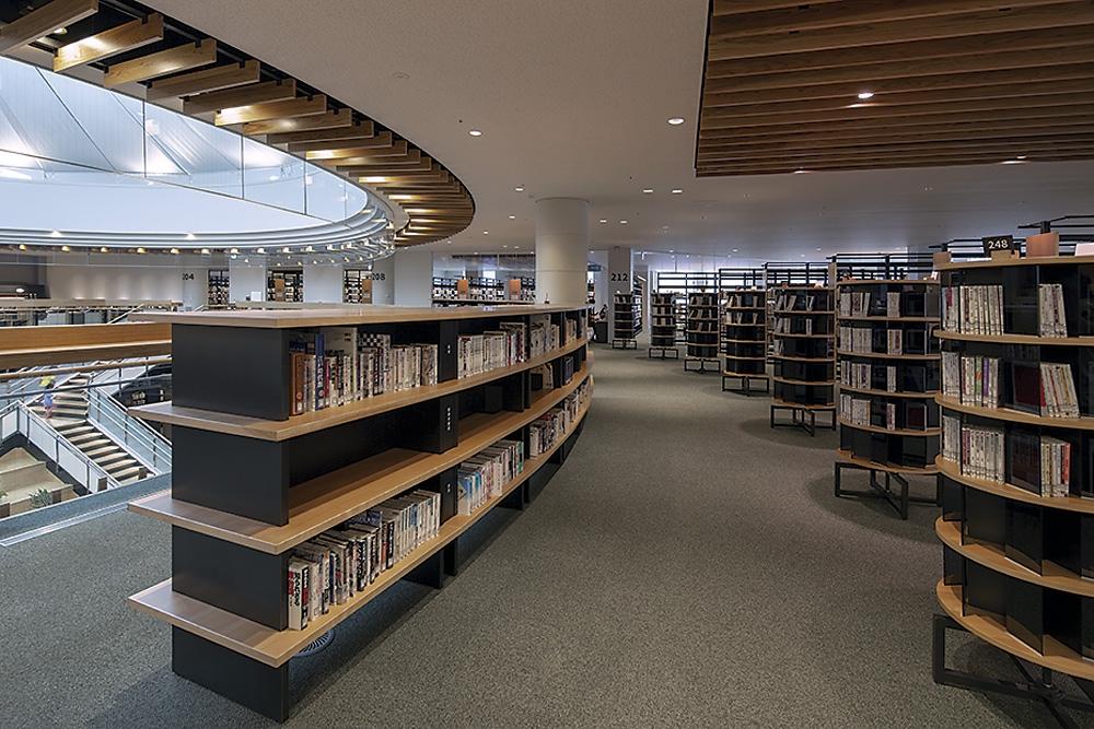 広場を囲むように設けた書架。書架の配置や書籍の重さを調整して荷重を抑えた(写真:イクマ サトシ)