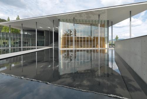 2019年に竣工した最新の校舎である「DISCOVERY」。ガラスのファサードが映り込む水盤を抜けてアプローチする。建物は鉄骨造の2階建て(写真:生田 将人)