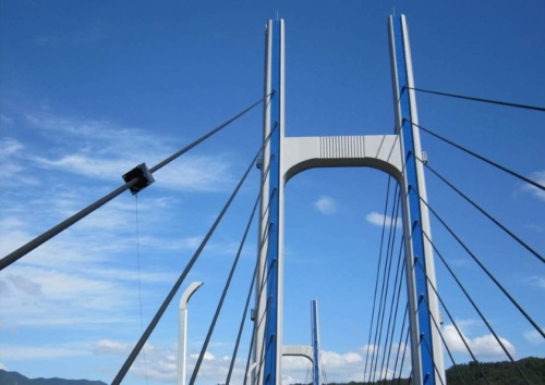 斜張橋のケーブル保護管を自走するコロコロチェッカー。これまでにケーブル保護管15km分を調査した実績がある(写真:西松建設)