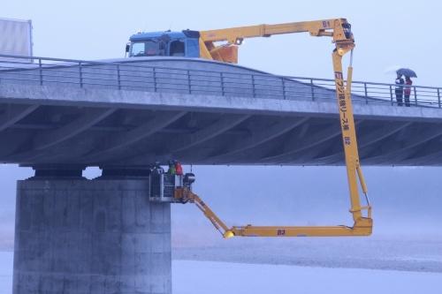 各務原大橋では、アームの長い特殊な大型橋梁点検車が必要(写真:岐阜大学)