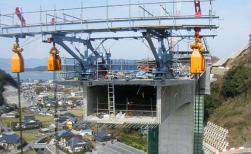 張り出し架設の現場にレーザースキャナーによるシステムを適用した(写真:三井住友建設)