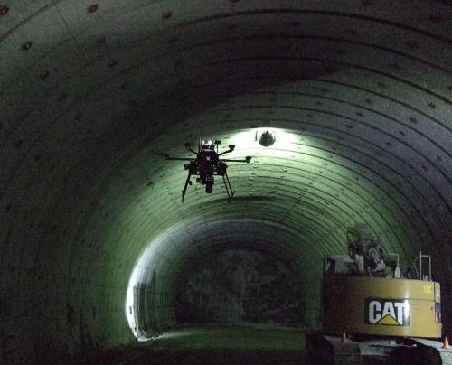 トンネル内を自律飛行するドローン(写真:戸田建設)