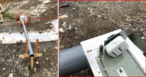 地滑り部の地割れ監視に使用している「OKIPPA伸縮計」。伸縮計には傾斜監視システム「OKIPPA104」を使用した(赤で囲んだ部分)。傾きを利用して変位を把握する(写真:西松建設)