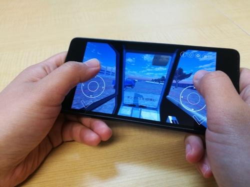 スマートフォンのAndroid端末で使えるアプリ。油圧ショベルを操作して、ダンプ車へ土砂を積み込む場面(写真:トライアロー)