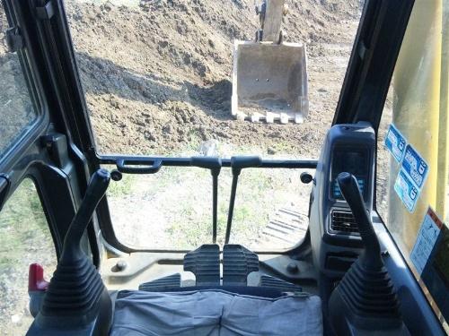 油圧ショベルの運転席の様子。走行レバーと作業レバーがそれぞれ左右に2つずつ配置されている。基本的に、これらの4つのレバーを駆使して油圧ショベルを動かす(写真:寿建設)