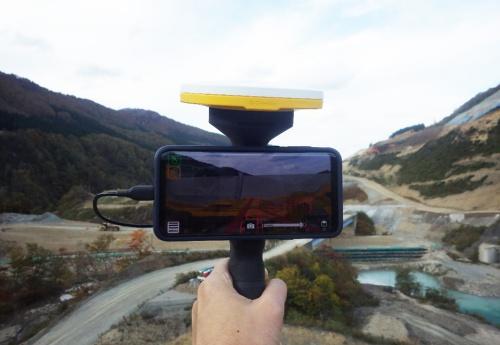 開発した携帯型モニター(写真:鹿島)