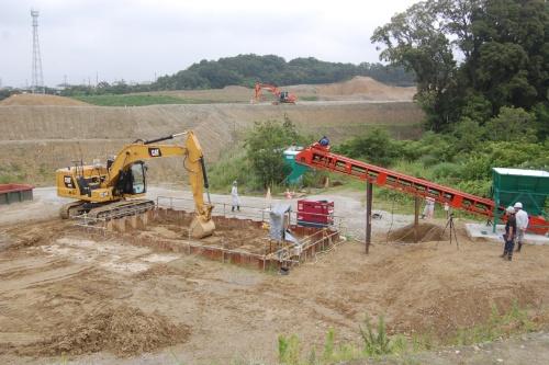 キャタピラージャパンと大成建設が油圧ショベルの自動化の開発を進める実験場(写真:日経 xTECH)