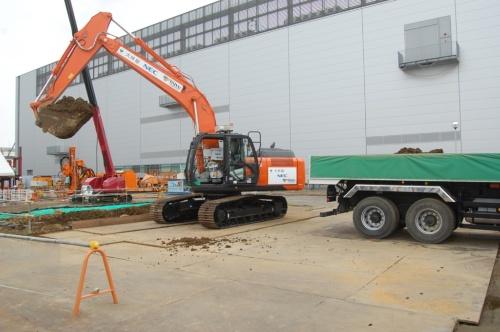 油圧ショベルが土砂を掘削してダンプトラックに積み込む作業を自律運転で進める様子(写真:日経 xTECH)