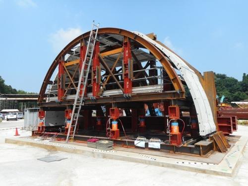 清水建設などが実証実験で組み立てた実物大のプレキャストコンクリートの覆工。現在、専用の架設機材を開発しており、実験ではクレーンを使って部材を設置・連結。組み立て架台に仕込んだジャッキを下げて自立させた。天端付近のたわみは30mm程度と、実用的な範囲内だった(写真:清水建設)