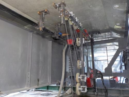 乾式水平切断工法「サブマリンスライサー」で使う装置。撤去する床版の下に取り付けて使う。主に合成桁の床版撤去用だが、非合成桁の床版にも使える(写真:大林組)