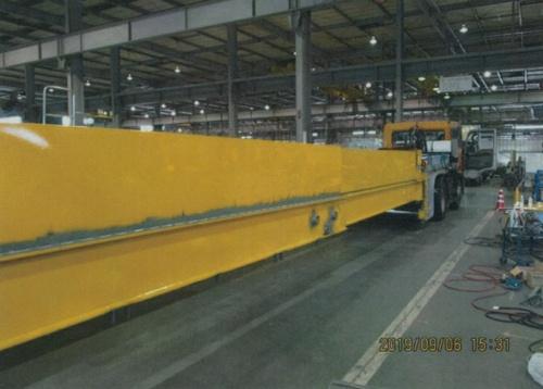 鋼製の保護ビーム。トラック部分の前進、後進で伸縮する(写真:中日本高速道路会社)