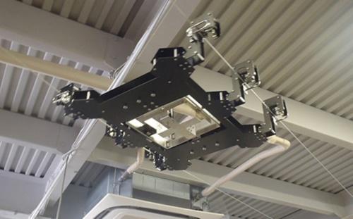 イクシスが開発したワイヤつり下げ型目視点検ロボット「Rope Stroller」の本体。橋の床版の裏面やプラントの煙突など、高所にある構造物の広範囲を点検する。ワイヤを水平に架設したり、垂直に架設したりすることで、水平や上下の移動ができる(写真:イクシス)