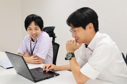 左は、イクシスのAI&DataService Teamの山﨑一也ディレクター。右は、山崎文敬代表取締役(写真:日経コンストラクション)