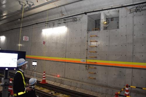 東京メトロが2020年2月25日に報道陣向けに公開したデモ飛行の様子。同社の研修センター内にある模擬トンネルで、高所にある開口部をドローンで点検した(写真:東京メトロ)