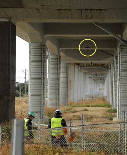 山陽新幹線のラーメン高架橋の下で、ドローンの飛行安定性を検証している様子(ドローンは黄線の丸囲み内)。山口県内にある高架橋約1kmで実施した(写真:JR西日本)
