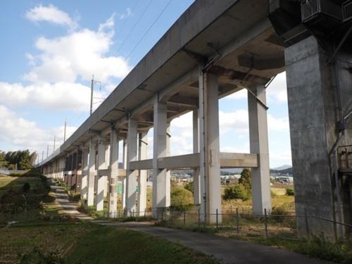 横梁がある2層構造のラーメン高架橋(写真:JR西日本)