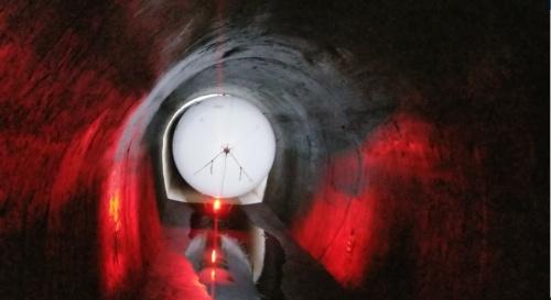 水力発電所の水路トンネルで行った実験の様子。安定した自律飛行で壁面を撮影することに成功した(写真:西松建設)