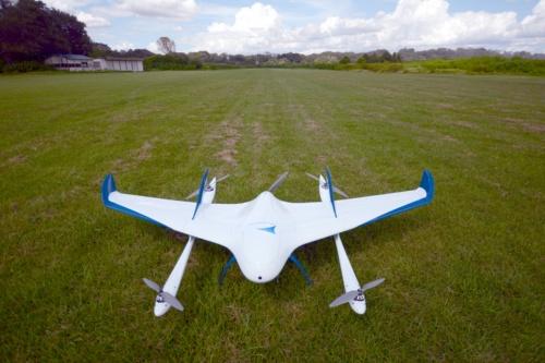 エアロボウイングの全体像。前方にフライト時の安全性を確認するためのカメラが付いている。測量や点検などに使うカメラは、機体の腹に装備している(写真:日経クロステック)