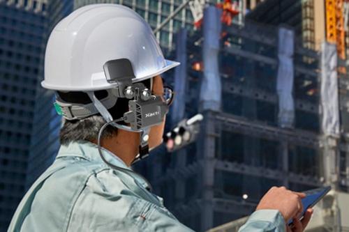 ザクティは2019年11月にヘルメットに装着するウエアラブルカメラを開発している。カメラの重さは、140gだ(写真:ザクティエンジニアリングサービス)