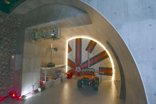 屋内型のトンネル統合型ショールーム「ATOM(Amazing Tunnel Optical Management)」。演算工房の本社1階の部屋を改造した。2020年9月に完成(写真:日経クロステック)