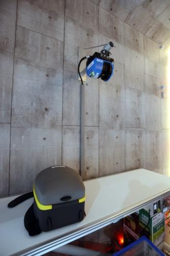 ATOMには、ベルトコンベヤーを模した機材とレーザースキャナーを導入している。リュックサックを計測している(写真:日経クロステック)
