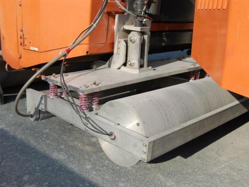 半径の大きな車輪に密度計、小さな方に水分計が収納されている。放射線を用いて測定する点は、人手で実施するRI法と同じだ(写真:日経クロステック)