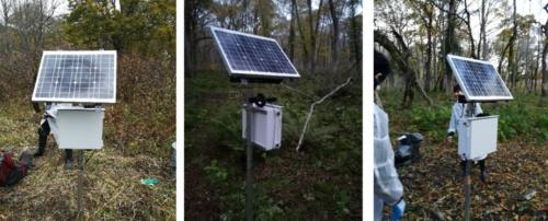 尾瀬の湿原に設置したマイクロホン。太陽光パネルによる自家発電で電力を供給する(写真:東京大学生産技術研究所・沖一雄特任教授らの研究グループ)