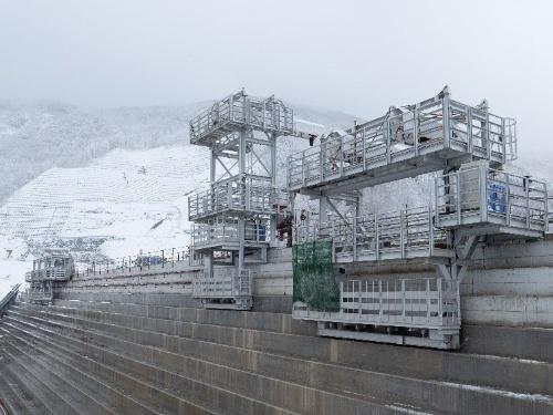 置き型枠自動スライドシステムを導入して台形CSGダムの堤体保護コンクリートを施工する様子。成瀬ダムでは、2020年12月末時点で保護コンクリートを約1万6000m3打設している(写真:鹿島)