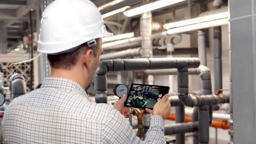 現場の作業状況をスマートフォンやタブレットで撮影して動画を作る。音声認識機能で、話した言葉がそのまま字幕に変換される(写真:ピナクルズ)