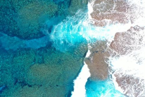 空中から撮影した西表島の砕波帯。白い泡がレーザーの海底への到達を妨げる(写真:海上・港湾・航空技術研究所 港湾空港技術研究所)