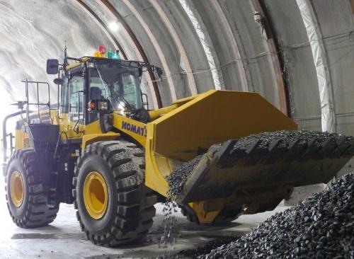 模擬トンネルの切り羽付近で、ずりを模した土砂をすくい上げるホイールローダー。操縦席の上部に位置情報を受信するセンサーなどを搭載する(写真:鹿島)