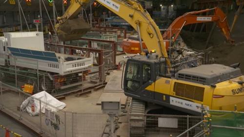 大林組の関東地方のトンネル工事現場で2台の油圧ショベルによる土砂の掘削とダンプトラックへの積み込みを自律化した(写真:NEC)