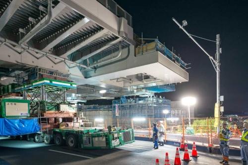 6月2日から3日にかけて実施した橋桁の再架設では、事前に支柱を右手前に4mほど移した(写真:大村 拓也)