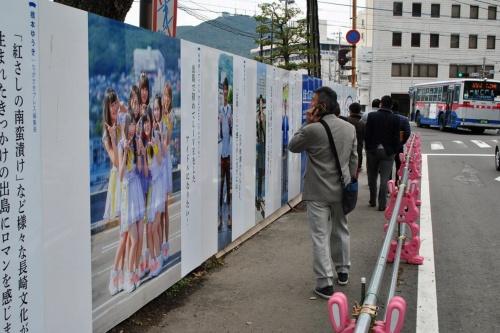 仮囲いプロジェクト。公園整備の仮囲いに等身大の市民の写真と応援メッセージを張り付けた(写真:DEJIMA BASE)