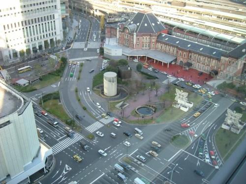 2004年に撮影した改修前の駅前広場。昔の都電の路線跡が弓形の道路として残り、駅前広場を分断していた(写真:東京都)