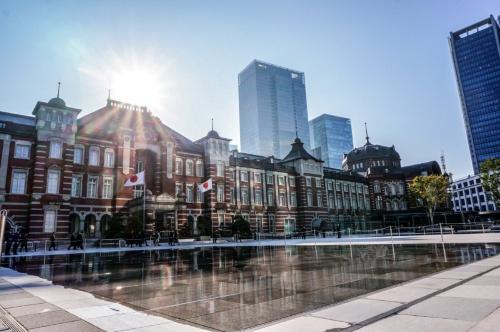 駅前広場に夏季限定で「水盤」を設置。路面温度上昇を防ぐ。試験時の様子(写真:JR東日本)