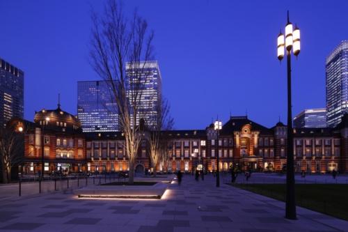 駅前広場の夜景。駅前広場のデザインや照明計画は、赤レンガ駅舎を際立たせることを意図した(写真:安川 千秋)