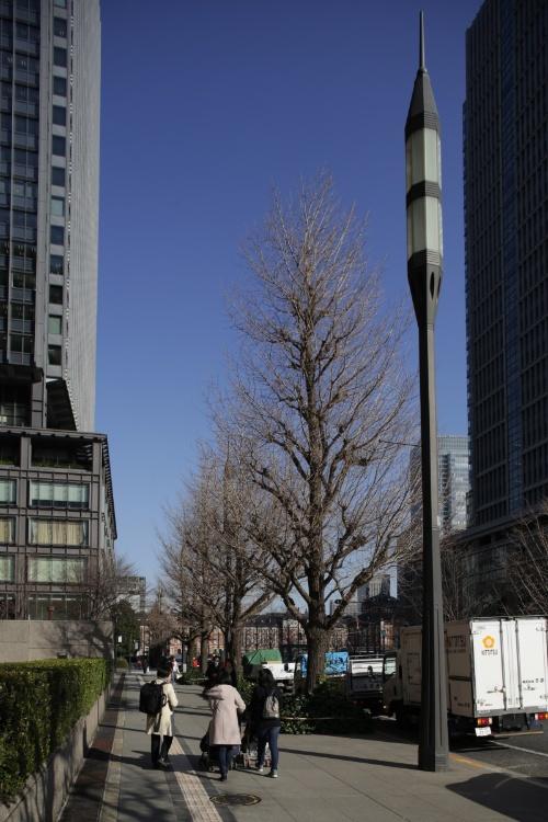 行幸通りの車道照明。隣接する高層ビルにふさわしい迫力とボリュームを意識してデザインした。灯具の中に心棒があり、上部と下部に2つずつランプを付けた。高さ約9mの支柱部分は途中で分割することなく鋳鉄による一体構造とした(写真:安川 千秋)