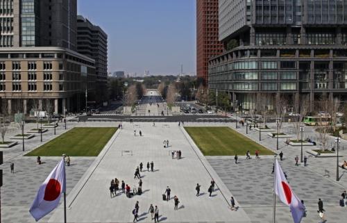 東京ステーションホテルの客室「インペリアルスイート」からの眺め。奥は行幸通り。白い石畳の帯が駅前広場へと連続する(写真:安川 千秋)