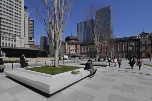 生まれ変わった東京駅丸の内駅前広場。植栽升を兼ねた石のベンチは、背の高い外国人や小さな子どもが座ることなどを想定して高さを変えた。ベンチは計14基配置した(写真:安川 千秋)