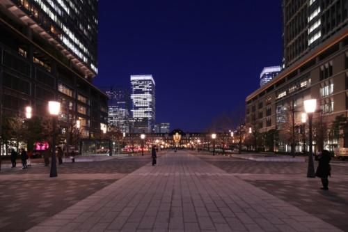 2010年に先行して改修整備した行幸通りの丸の内区間から東京駅の赤レンガ駅舎を望む。3階建ての赤レンガ駅舎は12年に復元(写真:安川 千秋)