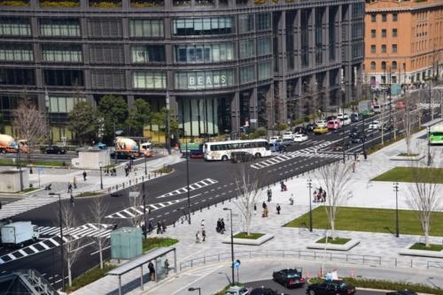 右側が駅前広場で、道路を挟んで左側が行幸通り丸の内区間(写真:大井 智子)