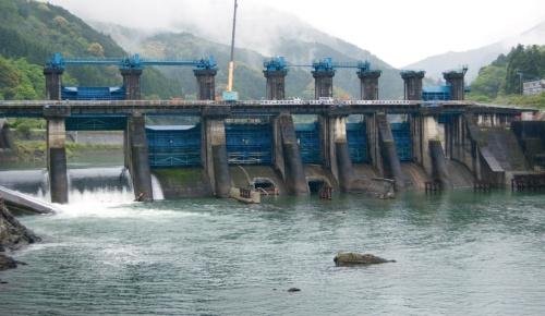 荒瀬ダムは、水力発電を目的に1955年に築造された重力式コンクリートダム。写真は下流側から見た撤去中のダム。県は2010年に撤去を決定し、同年にダムのゲートを開放。12~17年度に撤去工事を実施した。13年4月30日に撮影(写真:日経コンストラクション)