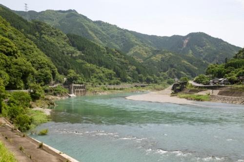 荒瀬ダム跡地を下流側から望む。撤去前は、球磨川をふさぐように可動堰付きのダムが横たわっていた(写真:イクマ サトシ)