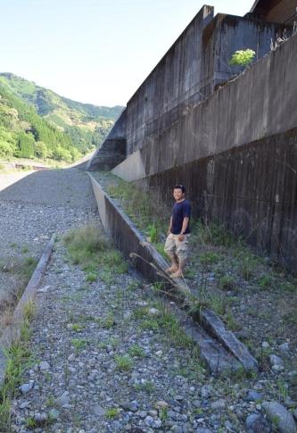 溝口隼平氏。荒瀬ダム跡の下流側に隣接する魚道の前で撮影(写真:大井 智子)