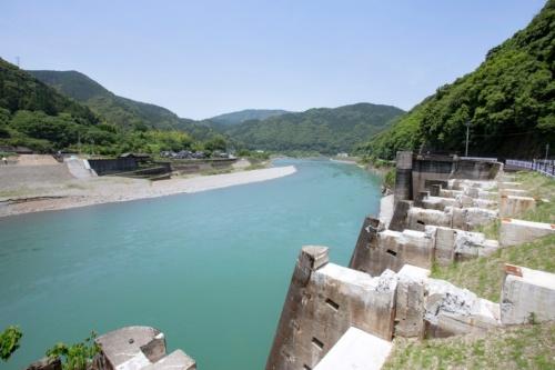 荒瀬ダムは、球磨川に横たわるように築かれていた。写真右手前に見える遺構は取水口。ダム稼働時はここから約600mのトンネルで下流の発電所に導水し、約16mの落差を利用して発電していた(写真:イクマ サトシ)