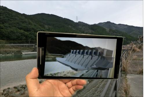 熊本県企業局が導入した「荒瀬ダムAR」。専用QRコードを読み込んでアプリを起動し、指定された現地の6カ所でスマートフォンを撤去跡地に向けてかざすと、ダムの3Dモデル画像が浮かび上がる仕組み(写真:熊本県企業局)