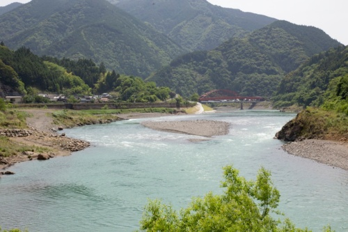 ダム撤去地点から500mほど上流の佐瀬野地区。以前はダム湖が形成されていたが、現在は瀬や淵が現れ、二股の流れが再生されていた(写真:イクマ サトシ)