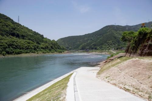 佐瀬野地区の右岸側に整備した斜路。川底に下りることができる(写真:イクマ サトシ)